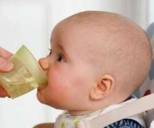 آب دادن به نوزاد